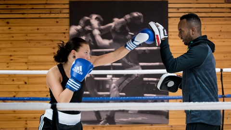 Elev och tränare som boxas